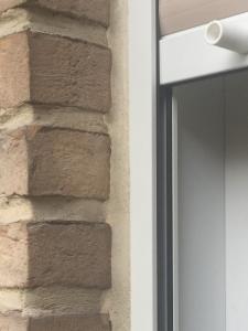 Nahaufnahme-Klinkerfenster: Bei der Fuge handelt es sich um besandete Dehnungsfugen